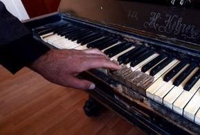 2-nikolanin-piyanosu-tamir-edilmek-icin-bekliyor-52962ba38dee4