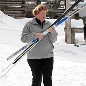 angela-merkelde-kayak-yaparken-kaza-gecirdi-52cb6a67cde3c