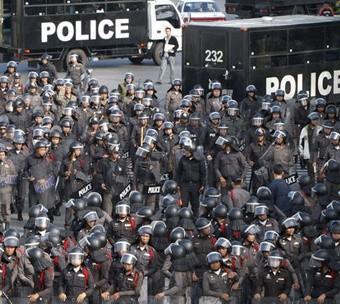 taylandda-polisler-sokaklarda-52c21b280c25c